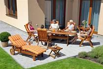 Kvalitní dřevěný nábytek ozdobí každou zahradu či terasu. Ať už si vyberete sadu ze severské borovice, z exotického dřeva meranti, teaku či eukalyptu, vždy k ní dostanete notebook zdarma.
