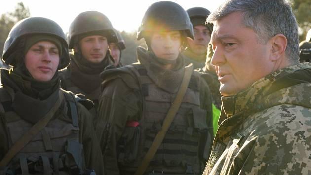 Ukrajinský prezident Petro Porošenko s příslušníky armády