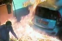 Muž odmítl dát ženě na čerpací stanici cigaretu. Naštvaná kuřačka mu zapálila auto.