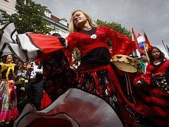 Tanečníci s vlajkami, hudebníci, děvčata v krojích či tanečníci na chůdách dnes v rámci celosvětového romského festivalu Khamoro prošli z Václavského náměstí centrem Prahy.