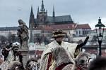 Na pražském Karlově mostě prošel 5. ledna průvod Tří králů.