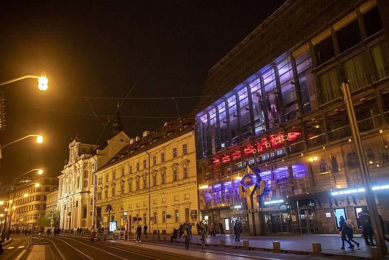 Na 31. výročí Sametová revoluce se rozsvítili budovy v národních barvách, 17. listopadu v Praze. Na snímku Nová scéna Národního divadla.