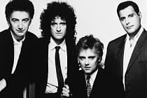 Kapela Queen v roce 1989: zleva baskytarista John Deacon, kytarista Brian May, bubeník Roger Taylor a docela vpravo zpěvák Freddie Mercury, který o dva roky později zemřel na AIDS.