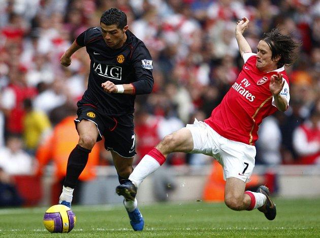 Záložník Arsenalu Tomáš Rosický (vpravo) do prvního osmifinálového duelu Ligy mistrů proti AC Milán nevyběhne.