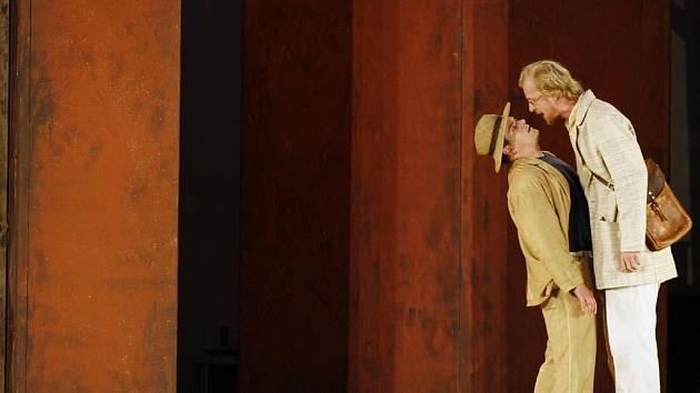 DVAKRÁT DVA. Martin Pechlát (vpravo) a Filip Rajmont hrají každý ve dvou rolích současně.