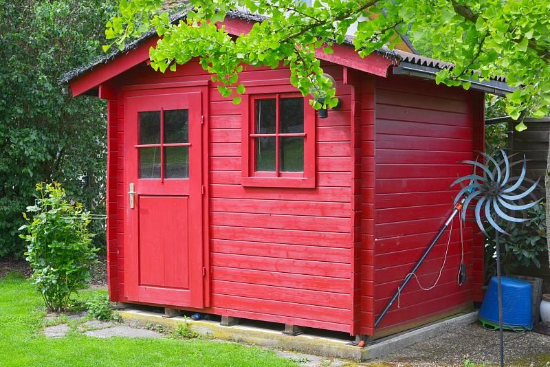 Malý zahradní domek je praktickým pomocníkem.