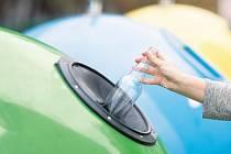 Do zeleného kontejneru patří všechno zabarvené a také tabulové sklo, například z dveřních nebo okenních výplní