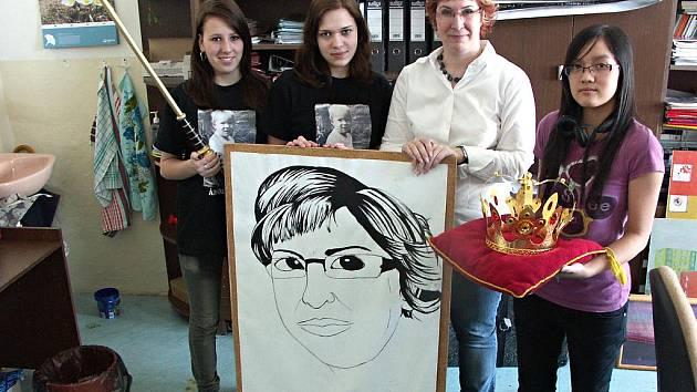 Vítězka ankety Zlatý Ámos, nejoblíbenější učitelka České republiky Petra Šišková ze Sokolova dostala od žáků darem transparent, kterým ji v Praze povzbuzovali.