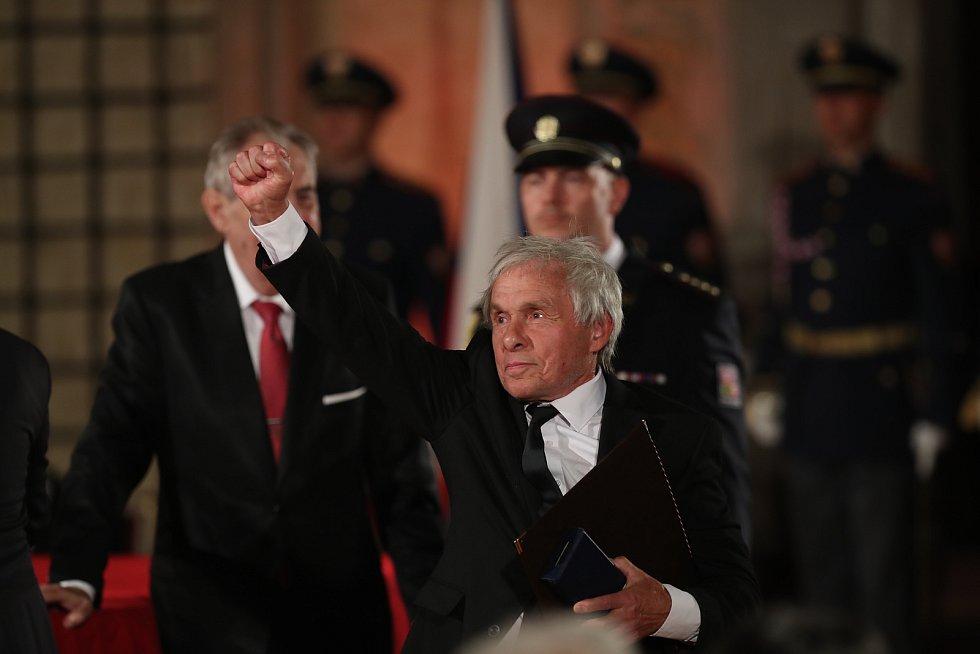 Předávání státních vyznamenání na Pražském hradě 28. října. Jan Saudek.