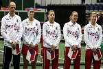 Český fedcupový tým (zleva) kapitán Petr Pála, Petra Kvitová, Lucie Šafářová, Lucie Hradecká a Andrea Hlaváčková před zápasem proti Austrálii.