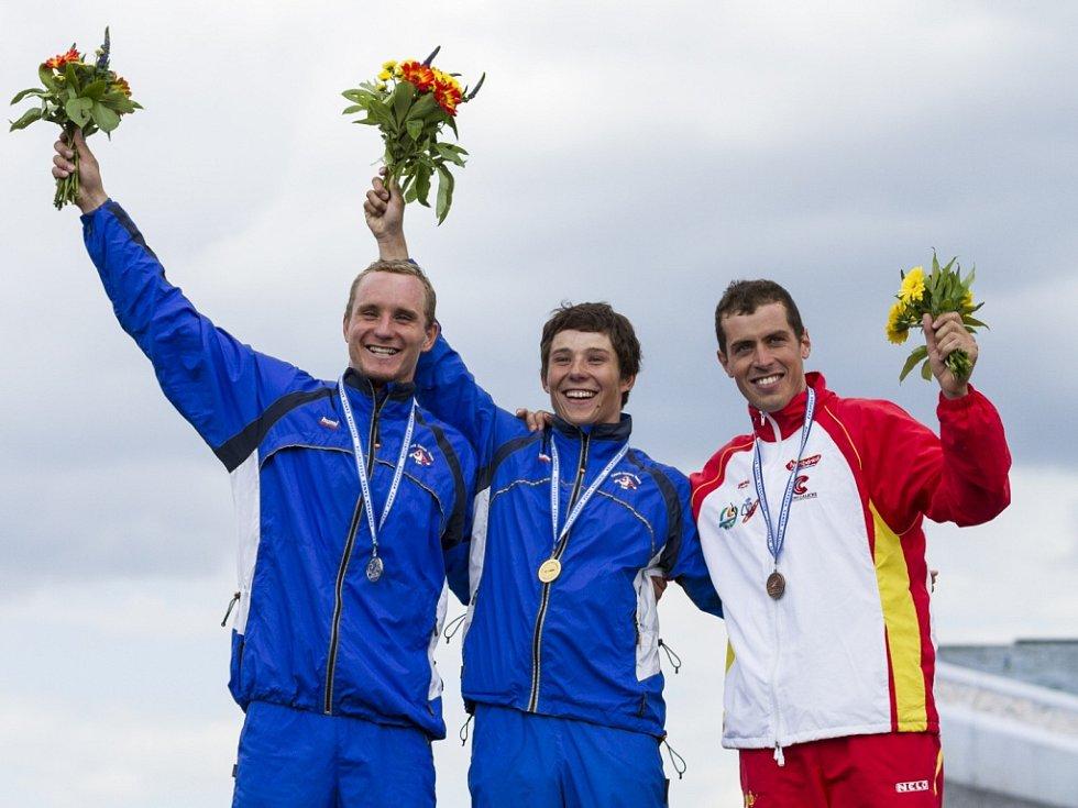 Jiří Prskavec (uprostřed) obhájil titul mistra Evropy, druhý skončil jeho krajan Vít Přindiš (vlevo), české duo doplnil na stupních vítězů Samuel Hernanz.