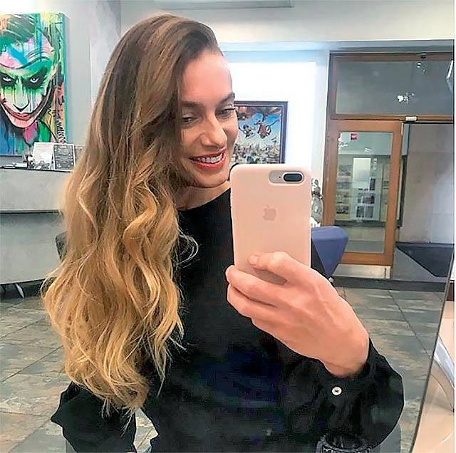 """""""Jsem hrozná, nevydržím mít dlouho rozpuštěný vlasy a je to škoda, protože když už mi je někdo takhle upraví, mohla bych to vydržet,"""" říká herečka."""