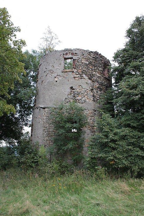 Pašerácká naučná stezka Hartau. Ruiny někdejšího větrného mlýna Vysoký