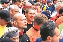 Redaktor Deníku Daniel Hajný (uprostřed) na startu pražského půlmaratonu.