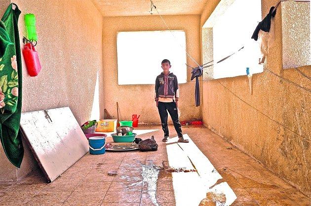 ŽIVOT NA ÚTĚKU. Rodiny vysídlenců v Iráku musejí často žít v provizorních podmínkách.