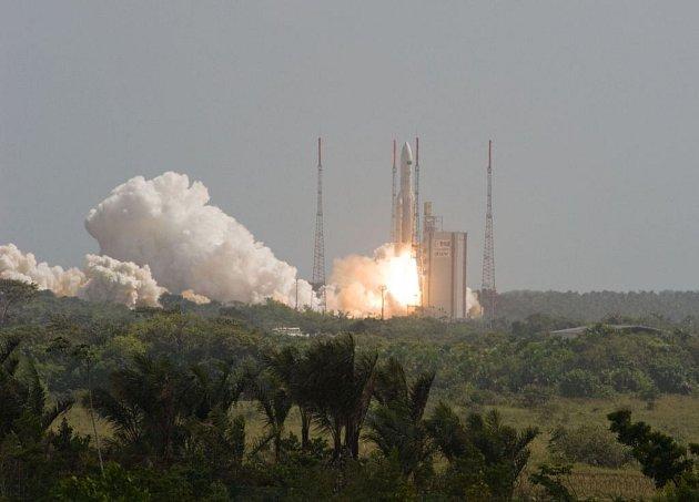 Z kosmodromu Kourou ve Francouzské Guyaně ve čtvrtek odstartovala raketa Ariane 5 ECA Evropské vesmírné agentury (ESA), která dopravuje do kosmu největší infračervený teleskop Herschel a satelit Planck.