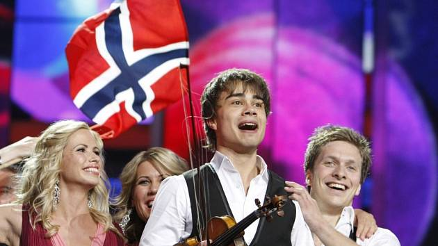 Alexander Rybak, třiadvacetiletý norský zpěvák s běloruskými kořeny, porazil v soutěži pořádané v ruském hlavním městě 24 soupeřů vlastní skladbou Fairytale.