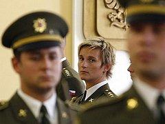 Barbora Špotáková nastoupila před ministra - ve vojenském.