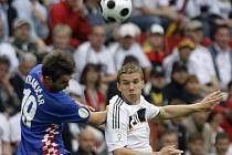 Němec Lukas Podolski v hlavičkovém souboji s Chorvatem Niko Kranjčarem.