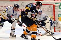 Svůj úplně první zápas po suché letní přípravě odehrál HC Litvínov na domácím ledě prosti HC Bílí Tygři Liberec. Na snímku v souboji Jánský a Jareš.