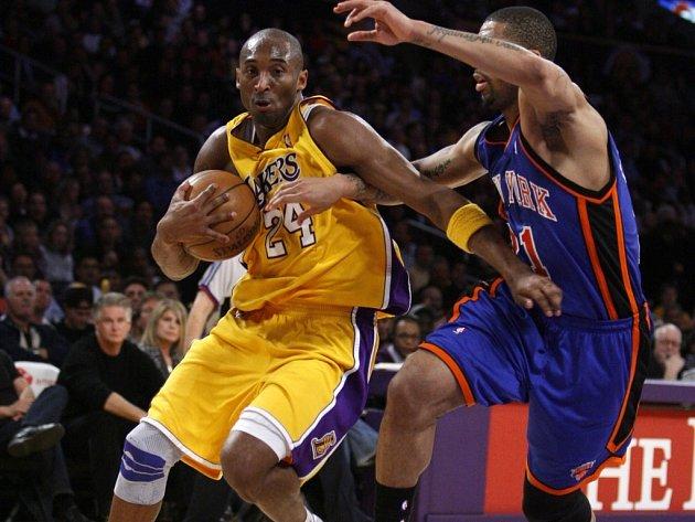 Kobe Bryant (vlevo) i všichni ostatní Lakers neměli s hosty těžkou práci.