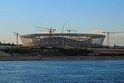 Volgograd Arena (Volgograd, 45 015 diváků). Vnější design dalšího z ryze nových stadionů má připomínat ohňostroje na Den vítězství. Unikátní je také střecha, jejíž konstrukce s kabely připomínajícími paprsky kola na bicyklu dodává aréně prvek vzdušnosti.