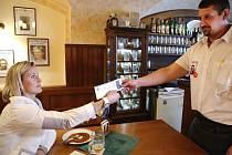 Oštěpařka Barbora Špotáková ukazuje vrchnímu lístek na HME během natáčení propagačního klipu.