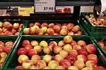 Nabídka jablek v supermarketu