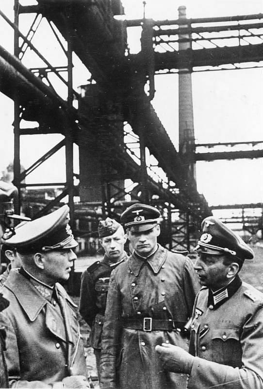 Paul von Kleist (vlevo) při prohlídce velkých ukrajinských železáren a oceláren, které krátce předtím obsadily jeho jednotky, podzim 1941