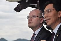 Premiér Bohuslav Sobotka (vlevo) při projížďce po Západním jezeře v čínské provincii Če-ťiang.