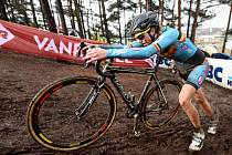 Cyklokrosařka Femke van den Driesscheová měla na mistrovství světa na svém kole motorek.