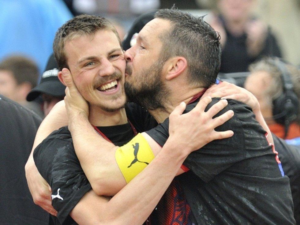 Šťastní fotbalisté Plzně Pavel Horváth (vpravo) a Vladimír Darida se radují z ligového titulu.