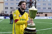 Tomáš Poznar ze Zlína s pohárem pro vítěze Tipsport ligy.