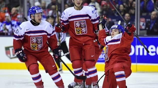 Hrdina Patrik Zdráhal (vpravo) oslavuje se spoluhráči Dominikem Mašínem (uprostřed) a Janem Štencelem z gólu v klíčovém zápase proti Rusku.