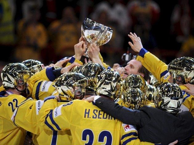 Hokejisté Švédska se radují se zlatými helmami a s pohárem z titulu mistrů světa.