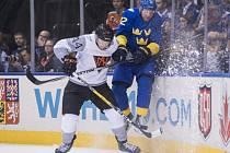 Patric Hornqvist ze Švédska (vpravo) a Morgan Rielly z Výběru Severní Ameriky.