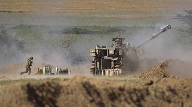 Izraelská dělostřelecká jednotka odpaluje raketu, která míří na cíle v Pásmu Gazy