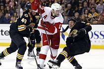 Pavel Dacjuk z Detroitu (uprostřed) se snaží prosadit proti Bostonu.