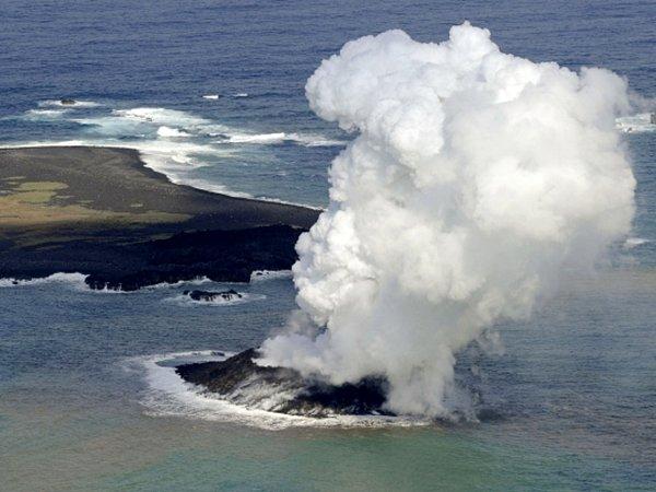 Nový ostrůvek se nalézá jihovýchodně od neobydleného vulkanického ostrovu Nišino šima.