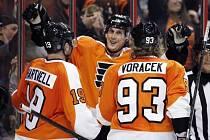 Hartnell, Lecavalier a Voráček. Hráči Philadelphia Flyers se radují z gólu.