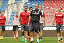 Roman Pivarník (uprostřed) řídí trénink fotbalistů Viktorie Plzeň.