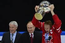 Kanadský kapitán Corey Perry převzal pohár pro mistry světa. Uprostřed je ruský prezident Vladimir Putin.