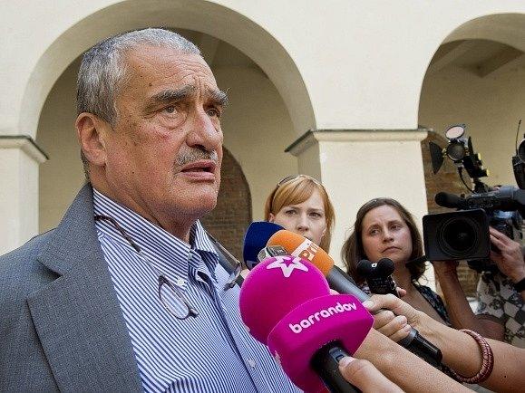 Předseda TOP 09 Karel Schwarzenberg hovoří 6. srpna v Praze s novináři po jednání předsednictva strany před středečním hlasováním o důvěře Rusnokovu kabinetu.