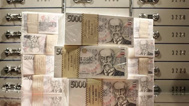 České bankovky, koruny, bankovní trezor - ilustrační foto