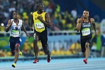 Usain Bolt v cíli semifinálového běhu.