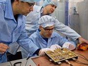 Čeští vědci z Akademie věd dokončili vývoj přístroje, který bude ve vesmíru měřit elektromagnetické vlny. Má se stát součástí přístroje RPW na meziplanetární evropské sondě Solar Orbiter, která bude obíhat mezi Sluncem a Zemí.