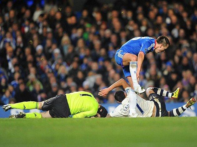 Gólman Chelsea Petr Čech (vlevo) měl po střetu s Timem Cahillem z Evertonu (uprostřed) roztržené obočí. Přes dvojici skáče John Terry.