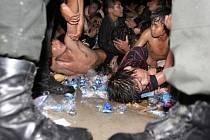Desítky lidí zahynuly při tlačenici, která v pondělí v kambodžské metropoli Phnompenhu propukla při tradičních oslavách konce období dešťů.