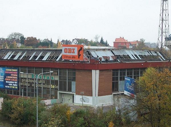 Od letoška nepoužívaný zimní stadion v Teplicích přišel o část střechy. Jak se to stalo, nikdo určit nedokáže, podle svědků se ale zřítila 28. října kolem poledne a nevypadalo to, že by šlo o plánovanou akci.