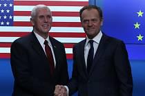 Americký viceprezident Mike Pence (vlevo) a předseda Evropské rady Donald Tusk.